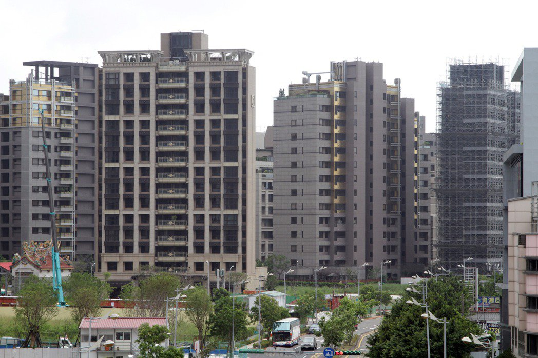 中央銀行25日公布代表房市上游的建築貸款,7月餘額1兆6718億元,月增30億元...