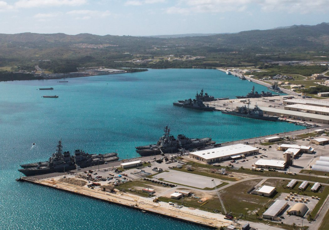 位於關島西部阿普拉港的美國海軍基地,是美國在西太平洋上最大的海軍基地之一。 (路...