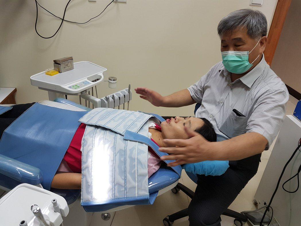 圖為治療椅上加保護帶的示意照,能幫助自閉症的孩子感到安心。 記者修瑞瑩/攝影
