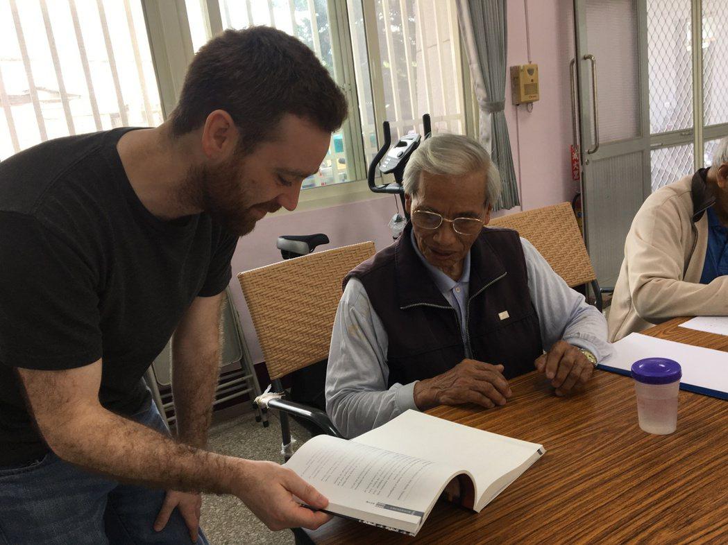 道格拉斯向部落耆老吳清三(右)詢問部落語言的語法。 記者徐庭揚/攝影