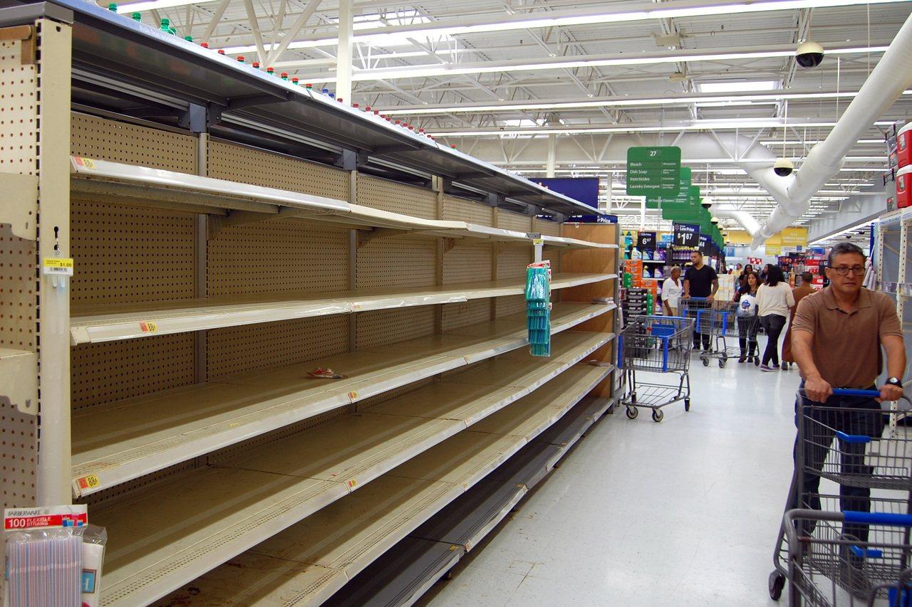 基督聖體市的超市貨架上,食品及飲水被搶購一空。(TNS)