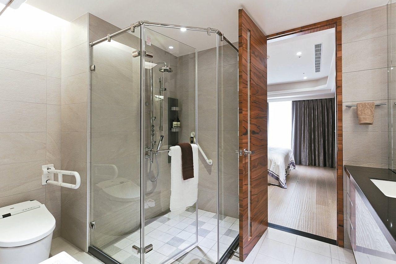 淋浴用的蓮蓬頭選擇可過濾氯氣的,能降低敏感肌膚的不適。 永慶房產/提供