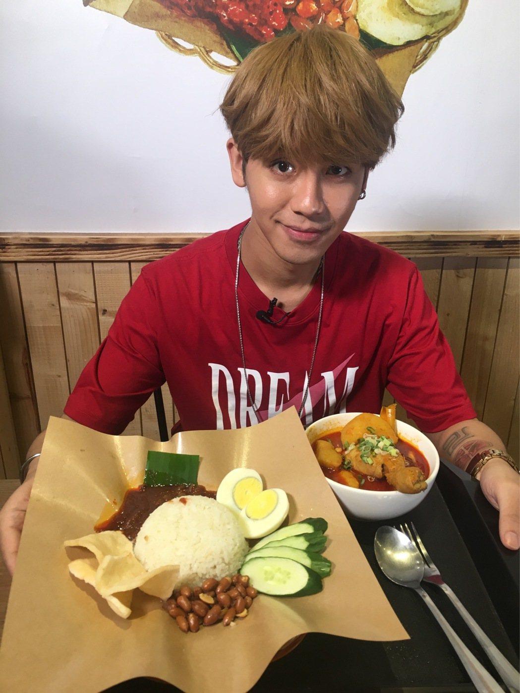 鼓鼓大啖馬來西亞美食。圖/相信音樂提供