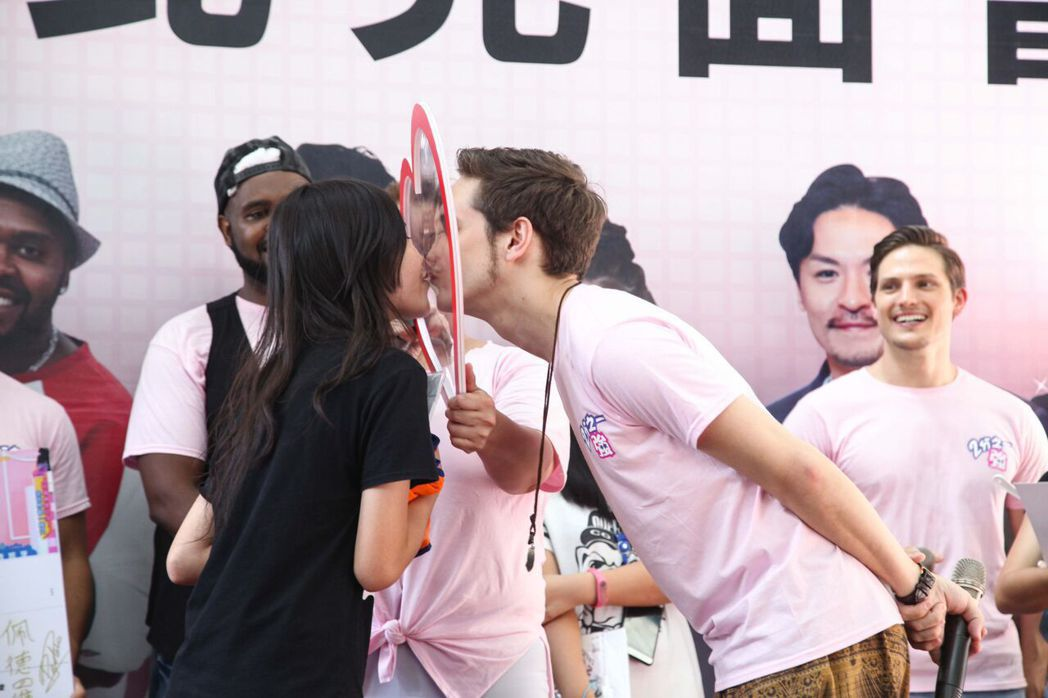 少女對外國型男熱情獻吻。圖/東森提供