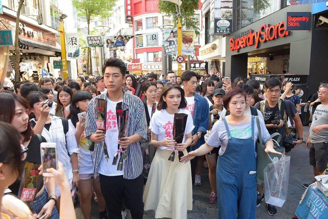 蔡凡熙、韓笙笙出席「痴情男子漢」踩街活動,為電影催票。圖/鐵人文創提供