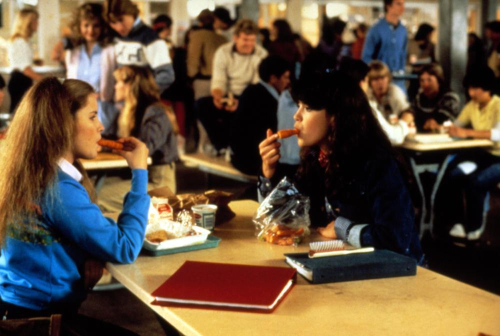 珍妮佛傑森李(左)與菲比凱絲在「開放的美國學府」含著胡蘿蔔練口交。圖/摘自Cin...