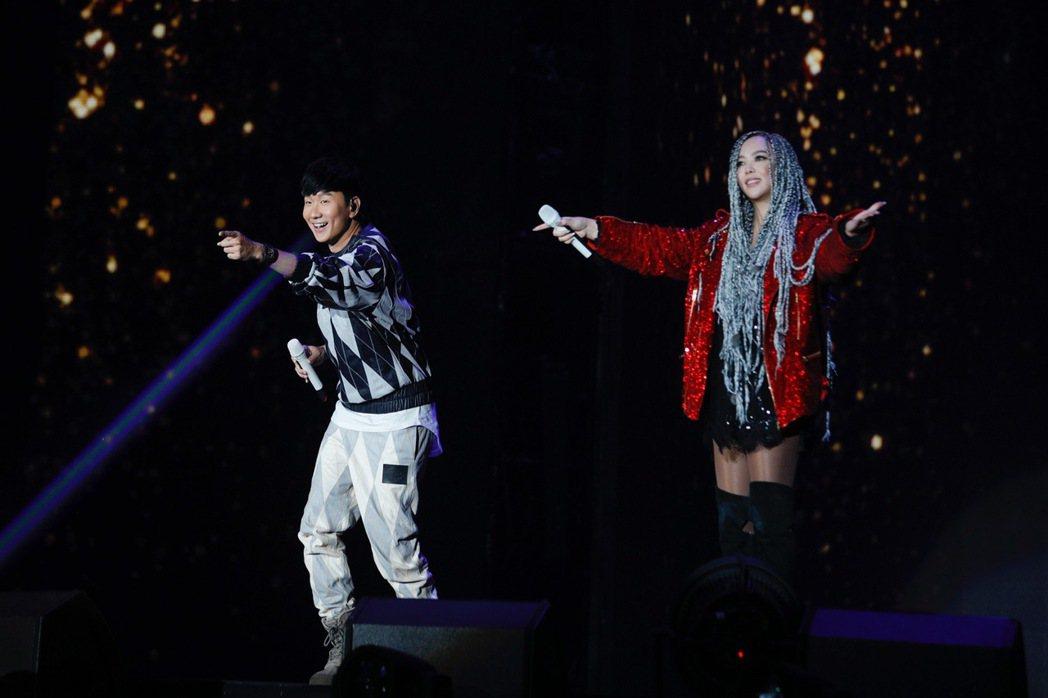 林俊傑(左)擔任阿妹演唱會嘉賓。圖/環球音樂提供