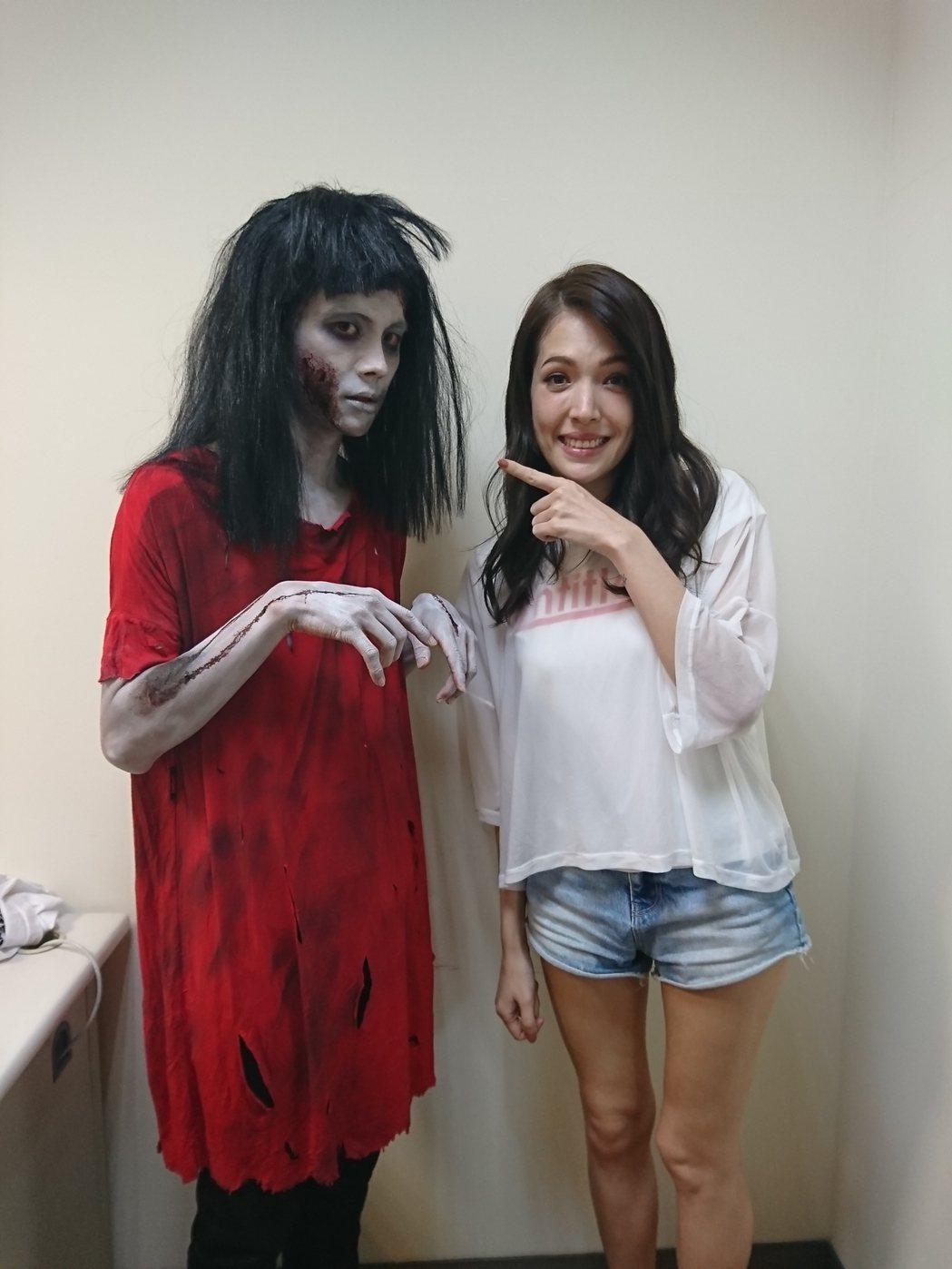 阿翔扮成紅衣小女孩跟許瑋甯合照。圖/時代創藝提供