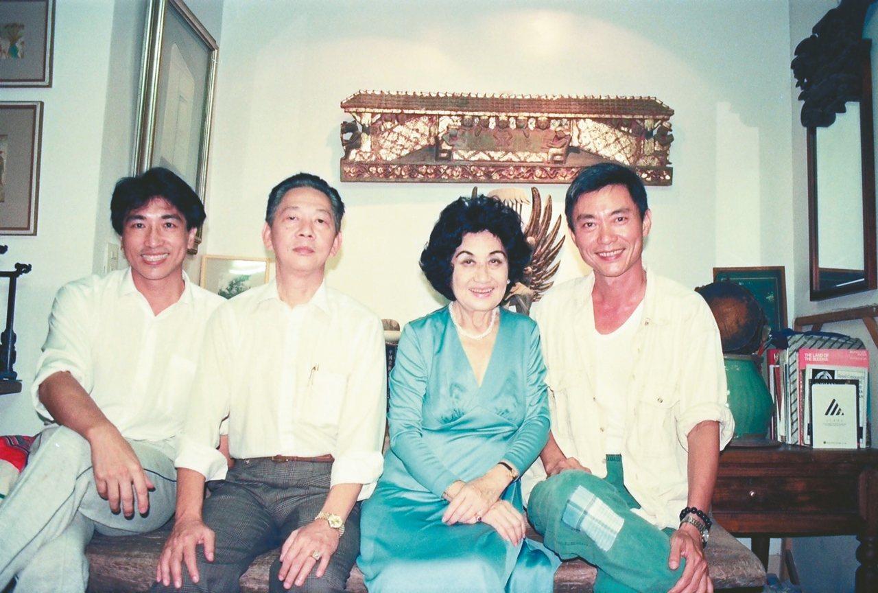 1993年,白光(右二)偕顏良龍(右三)拜訪奚淞(右一)、黃銘昌。 黃銘昌╱圖片...