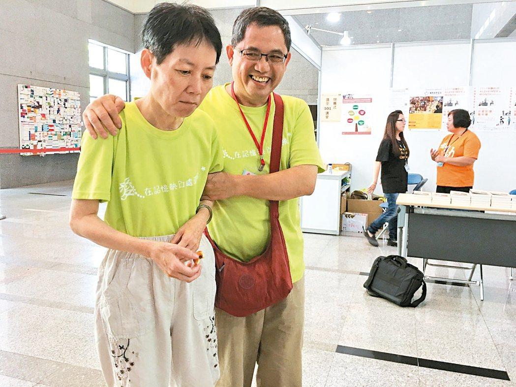 失智林太太(左)因病不斷遊走,林先生時時刻刻在旁照顧。 記者鄧桂芬/攝影