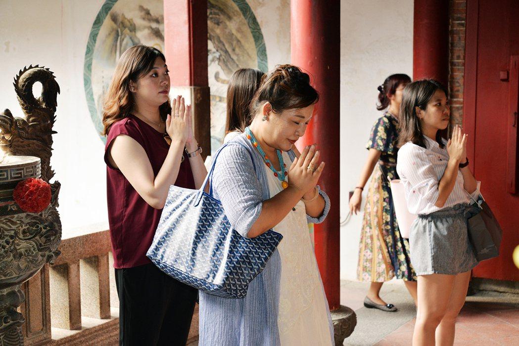命理老師曼樺提醒遊客每間月老廟有不同職司,心誠則靈。 記者綦守鈺/攝影