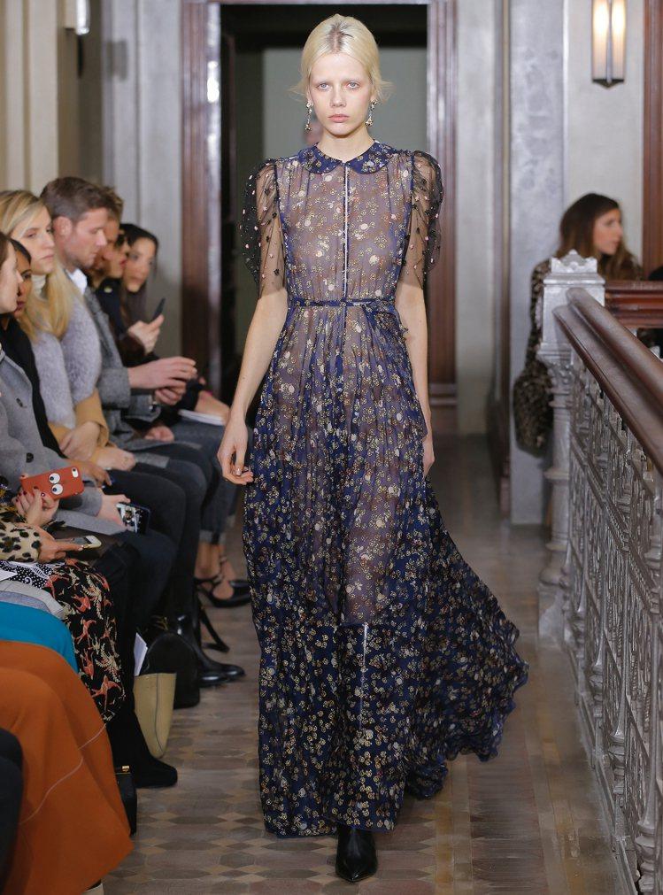 楊丞琳選穿的Valentino深藍色印花刺繡雪紡禮服。圖/Valentino提供