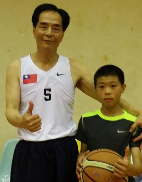 傳奇國手洪濬哲(左)關心國際少年籃賽。 圖/報系資料照