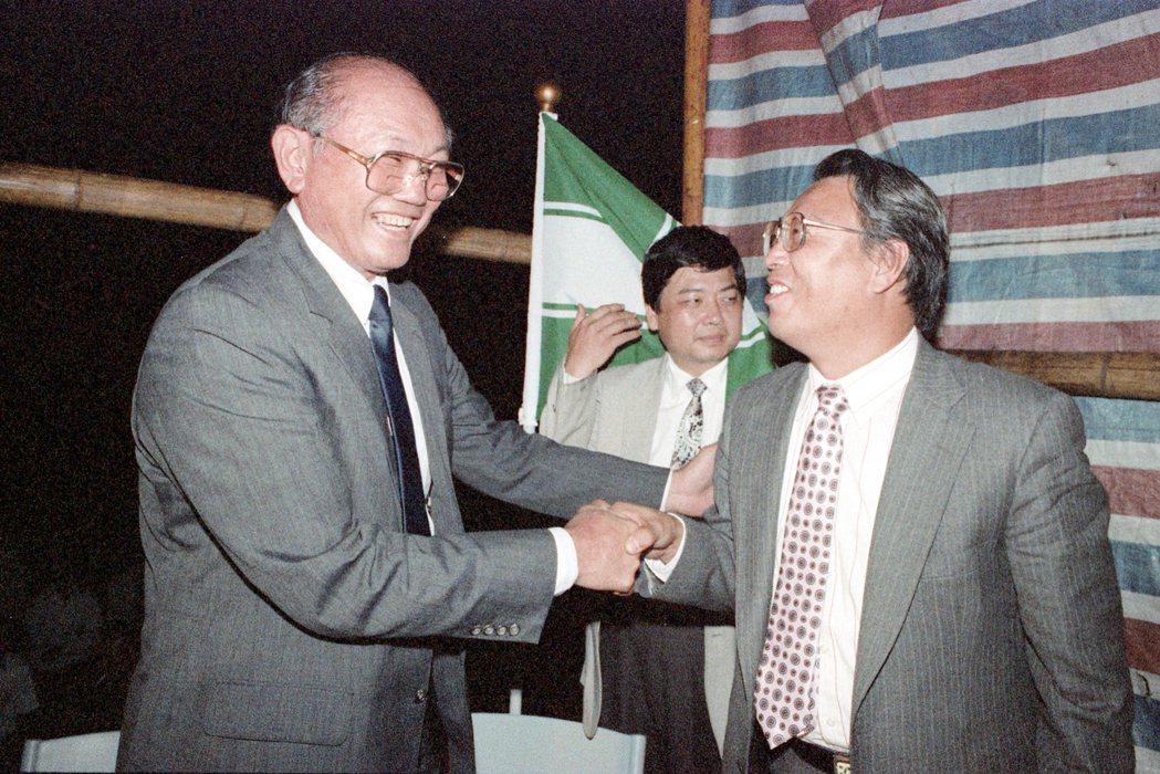 楊傳廣(左)1989年離開國民黨,轉投民進黨參與台東縣長的競選失利後,不再參與政...