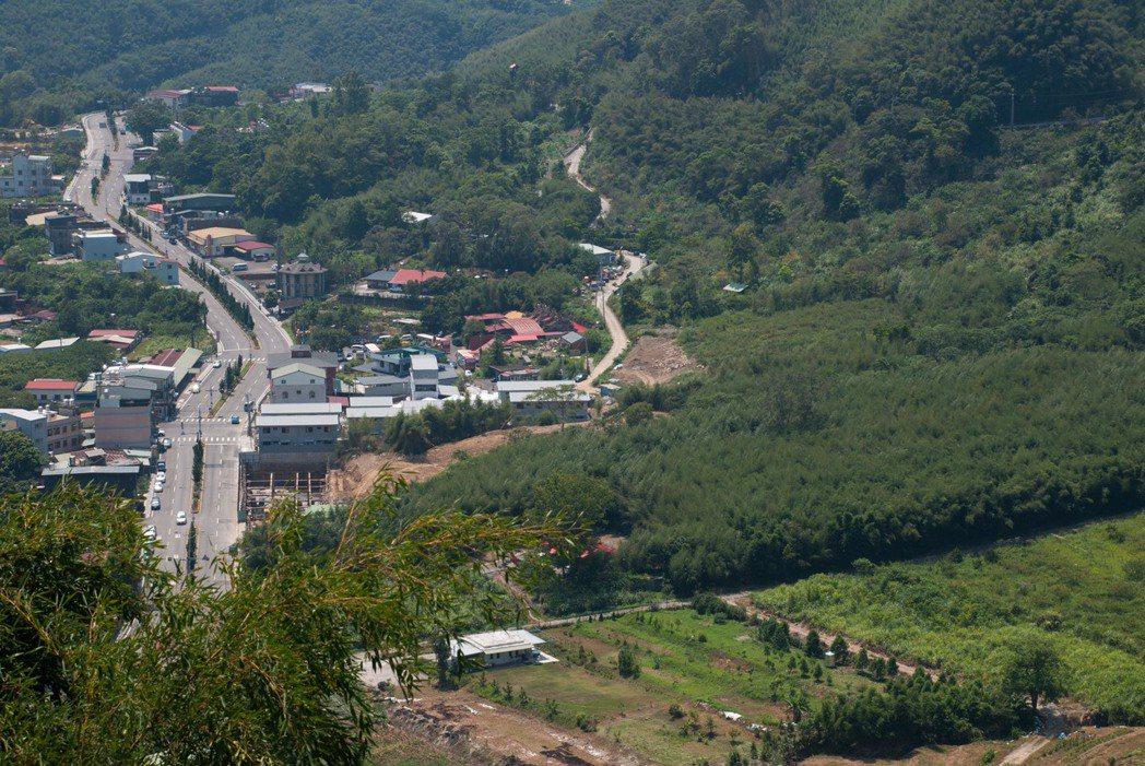 右邊蜿蜒進山區的道路,就是羅馬公路。記者林昱丞/攝影