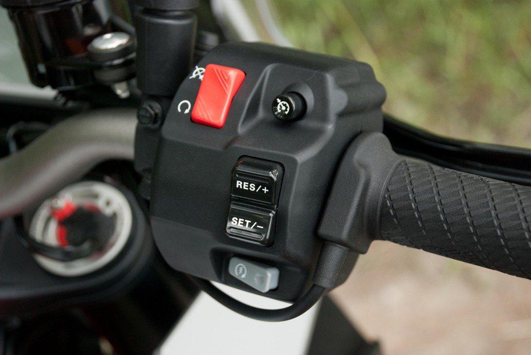 在右把手上的定速按鈕。記者林昱丞/攝影