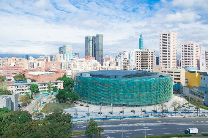 和平籃球館不僅是一座多功能運動場館,也是綠能模範建築。(圖/2017臺北世大運組...