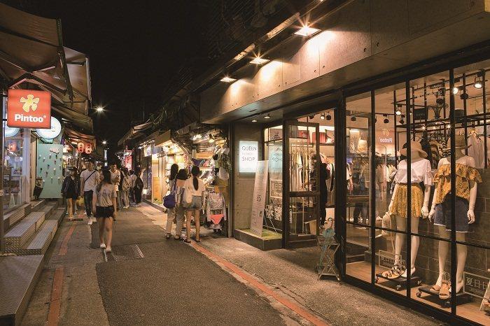 師大龍泉商圈現在街道整潔,招牌排列清爽。( 攝影/周嘉慧)