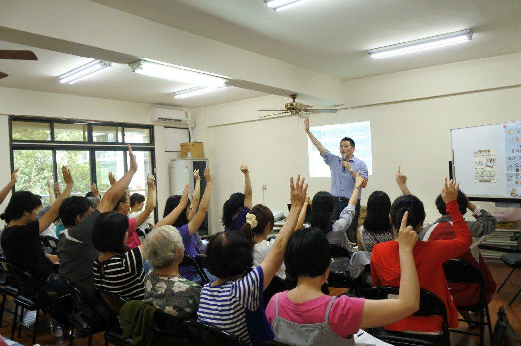 「開心上學趣~開學準備、如何面對分離焦慮」講座,吸引滿場家長聽講。圖/竹南區家庭...
