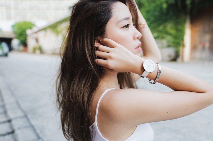 歐陽妮妮以Chic摩登系列腕表混搭CK手環,展示青春正盛模樣。圖/Calvin ...