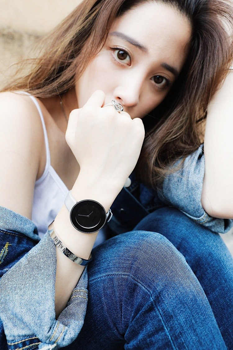歐陽妮妮混搭Chic摩登系列腕表、CK手環,展現街頭隨興感。圖/Calvin K...