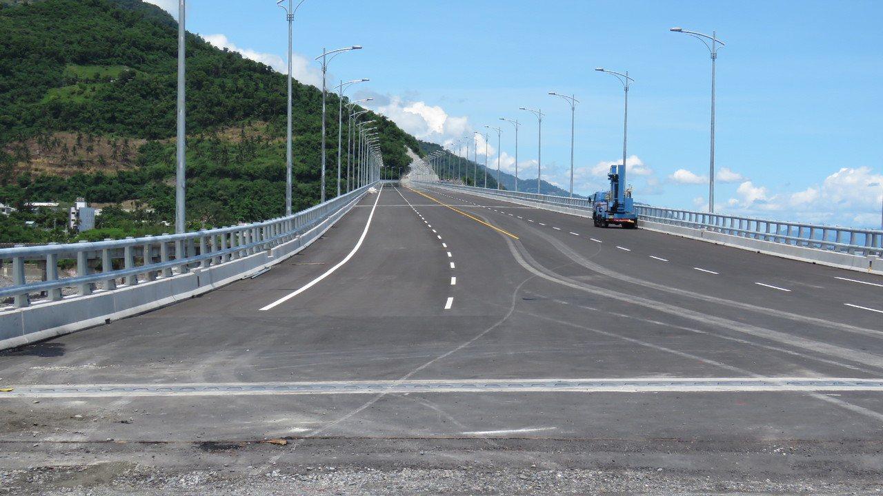 金崙高架橋目前已進入倒數階段,預計最快下月底即可通車。記者潘俊偉/攝影