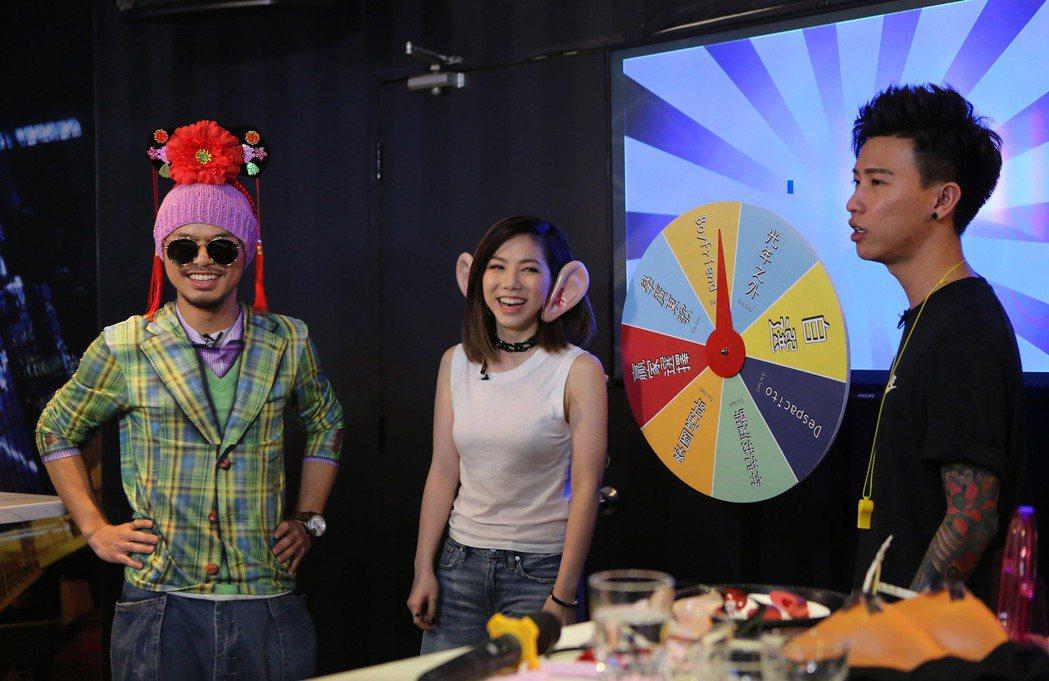 鄧紫棋網路節目「卡拉O棋」請到黃明志(左),右為網紅拿督。兩人節目上搞笑。圖/蜂...