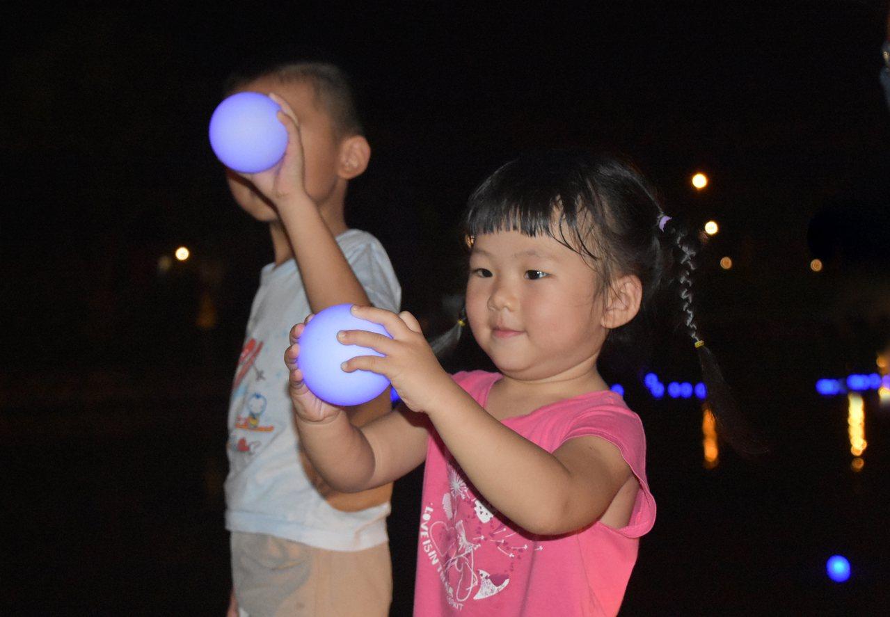 「祈緣星 」是一顆LED白球,許願後丟入月河,會綻放美麗的藍光。 圖/傳藝提供