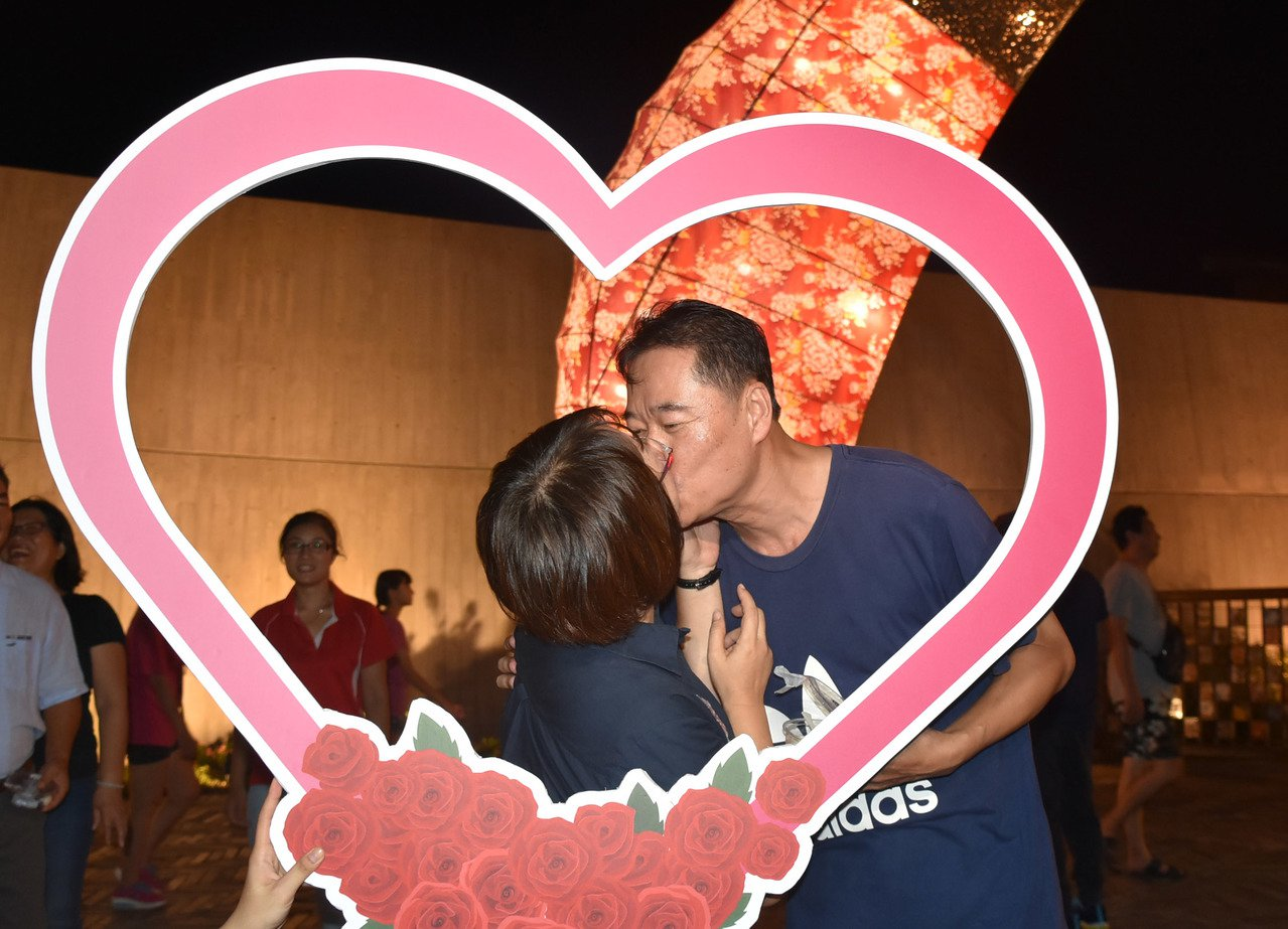 情人節當天上午9點起,情侶在傳藝園區入口共吃一顆麻糬,可以免費入園。 圖/傳藝提...