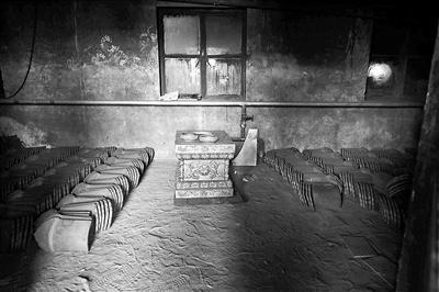 停工的琉璃廠內擺滿半成品。 (北京青年報)