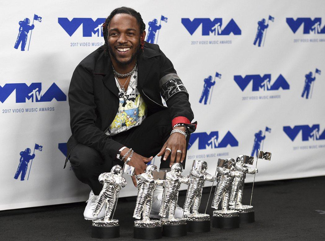 美國饒舌天王肯卓克拉瑪(Kendrick Lamar)抱回6獎,是本屆最大贏家。...