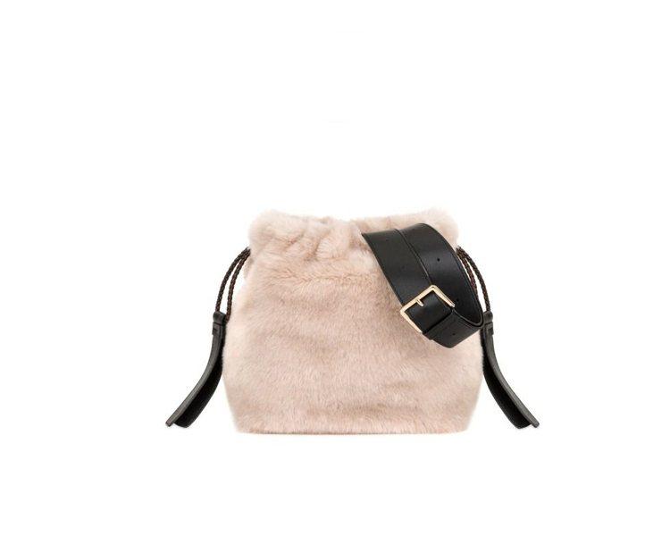 代表七○年代的Caos毛毛肩背包,14,800元。圖/Furla提供