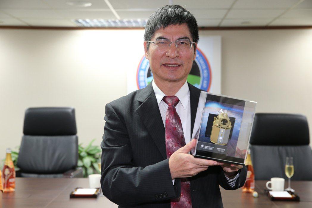 科技部長陳良基與福衛五號模型。記者徐兆玄/攝影 徐兆玄