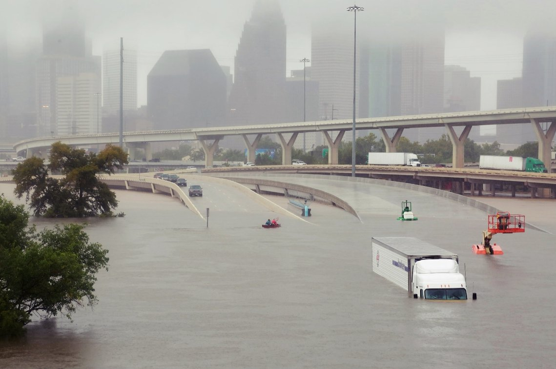 雖然休士頓警消連夜救出受困的1,000多名民眾,但全市仍有上萬人發出求救信號,而...