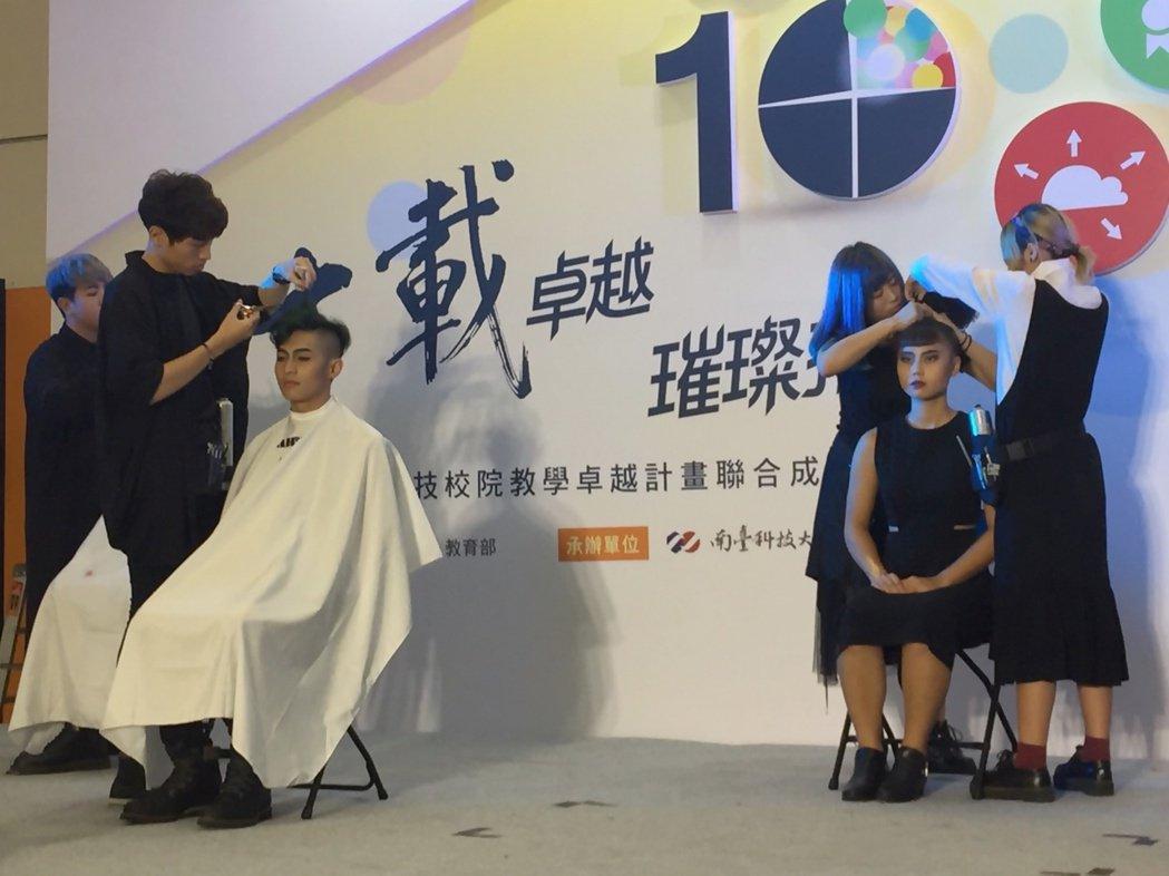美髮系動態展演「用時代連起來的時尚」 弘光/提供。
