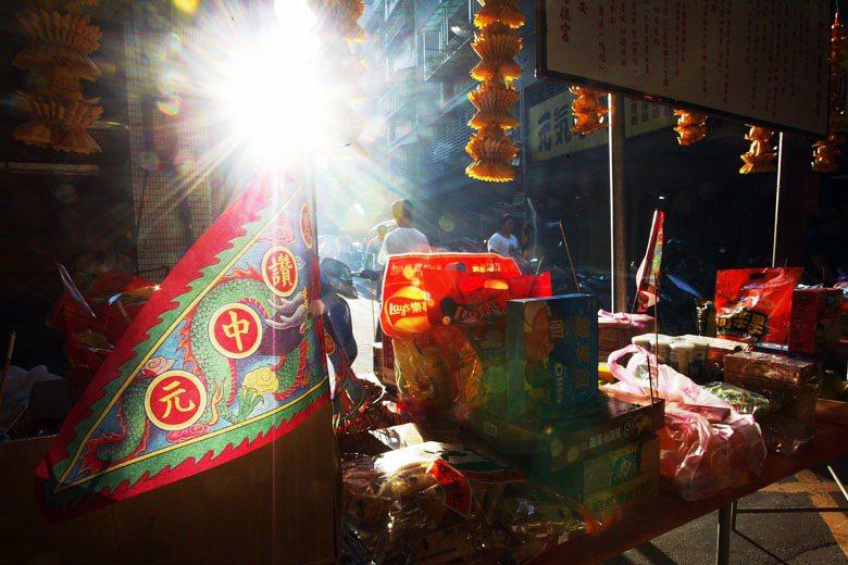 農曆七月的臺灣可以說是處在一片人鬼狂歡之中,著名公廟舉辦普度活動人群雜沓、四方蜂湧。 圖/聯合報系資料照
