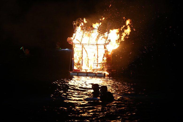 圖為基隆中元祭。中元祭祭祀活動後,在望海巷點然施放水燈。 圖/聯合報系資料照