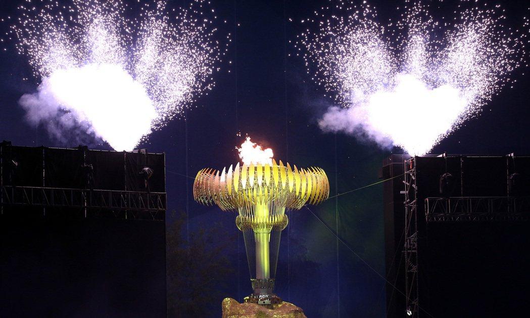 台北世大運的聖火點燃,場面壯觀。 記者侯永全/攝影