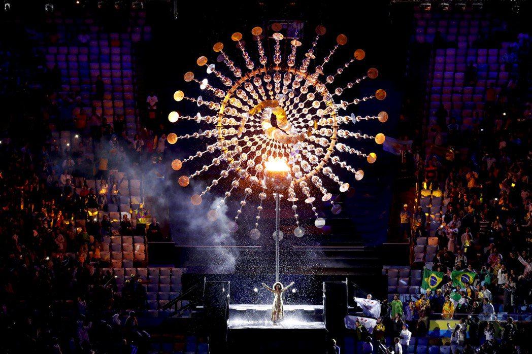 2016里約奧運閉幕式在馬拉卡納體育場內舉行,伴隨歌者的優美歌聲,聖火慢慢熄滅。...
