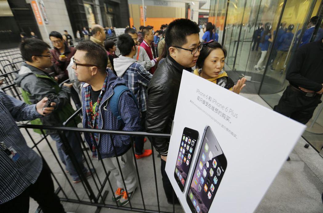 雖然習慣抵制他國商品,但也很習慣排隊買舶來品;中國的市場帶給Apple營運利潤相...