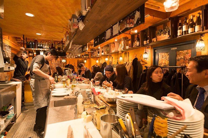 精力充沛的店員與愉快用餐的客人,熱絡的店內氣氛充滿親切感。