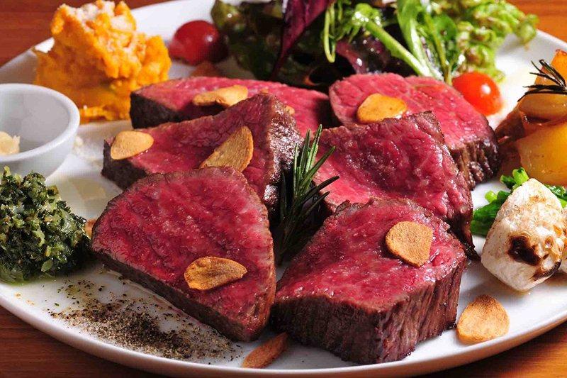 佐賀縣產的黑毛和牛「伊萬里牛」切塊燒烤,誘人香味讓人食指大動。
