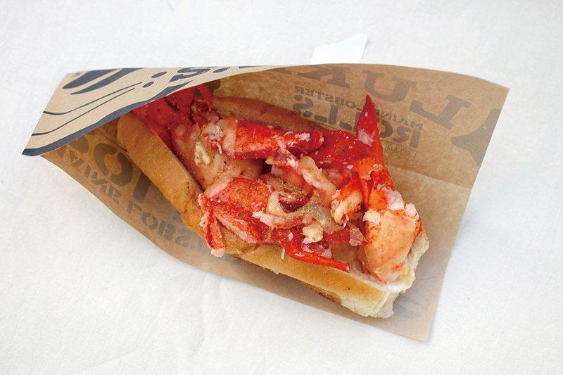 ロブスターロール(龍蝦堡)¥1580/每份都夾入5尾龍蝦的螯、腳與身體肉,美國尺...