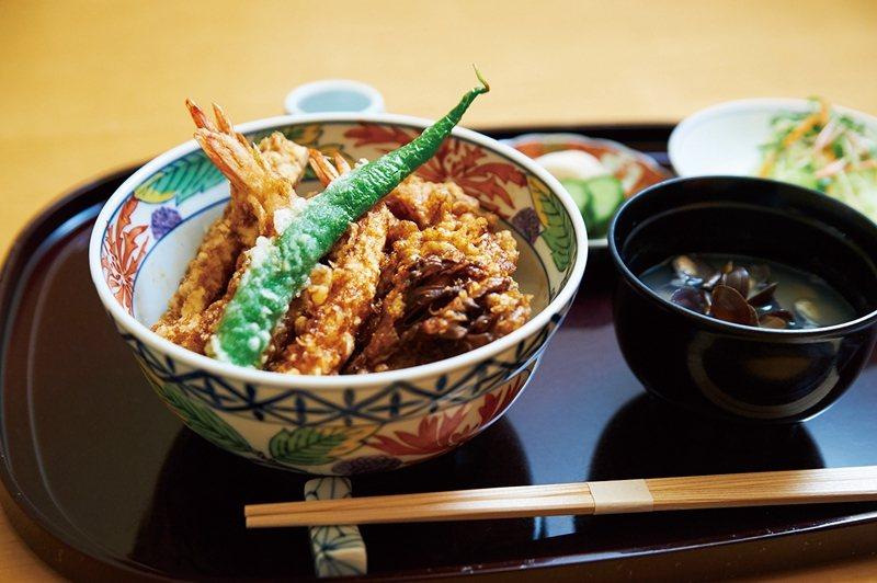 午餐的天婦羅蓋飯包含3條炸蝦、3種野菜與蝦夷盤扇貝等奢華食材,搭配沙拉、味噌湯與...