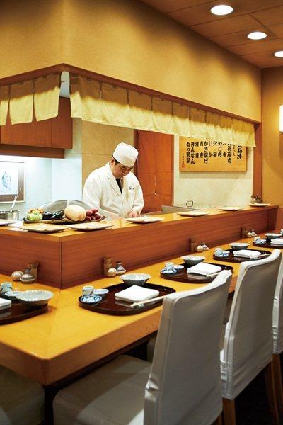 特別推薦能看到職 人高超料理技巧的吧檯座位。