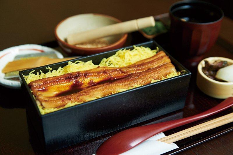 午餐的鰻魚飯每日限定20份,可依個人喜好搭配芝麻、柚子、蔥等調味料品嚐。