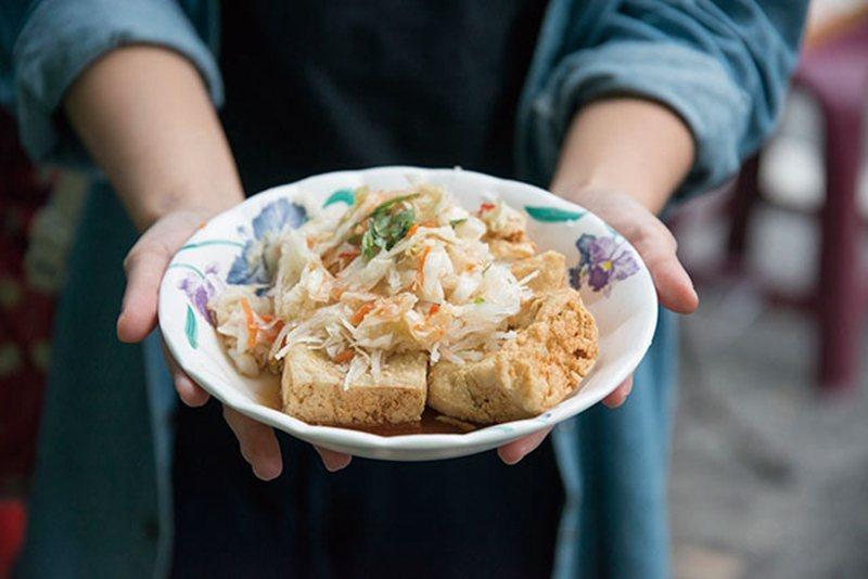 臭豆腐50元/小/迷人的關鍵在於咬下瞬間感受到的滿嘴酥脆,搭配爽口泡菜,絕配!