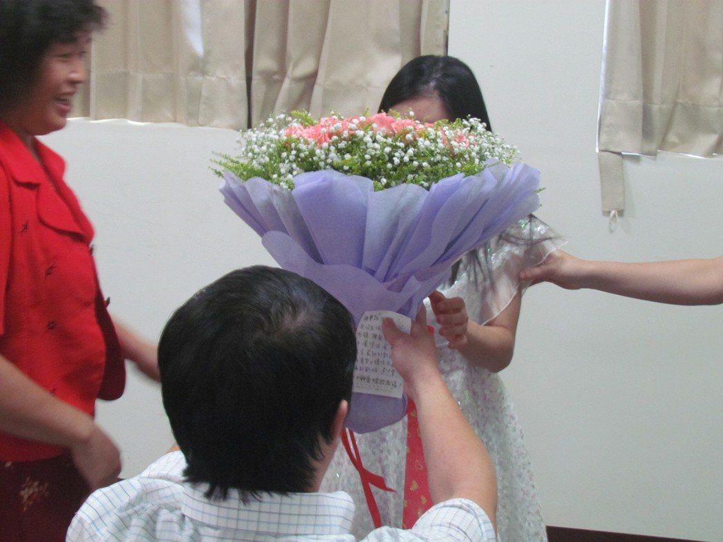今天七夕情人節,南投市德安教養院弱智的「阿慶」向「小雯」求婚,讓「小雯」感動不已...