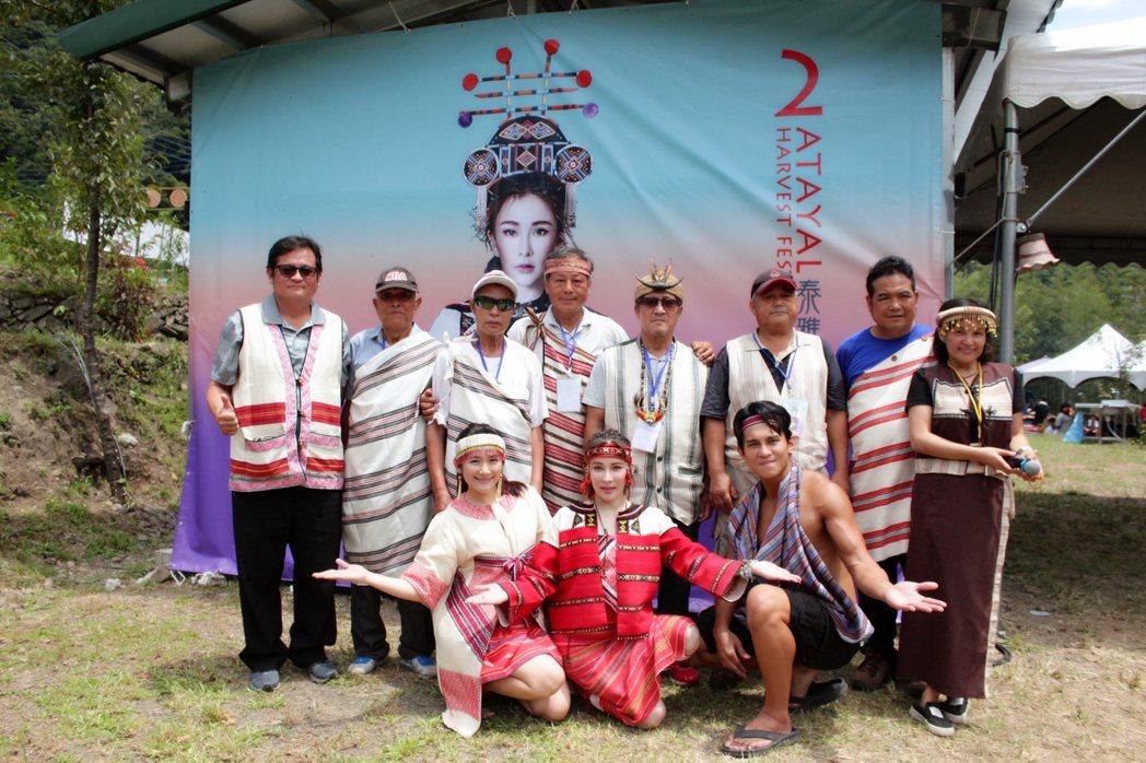 溫嵐(前排中)邀眾藝人參加泰雅豐收祭,自己也出錢又出力。圖/嵐圖提供