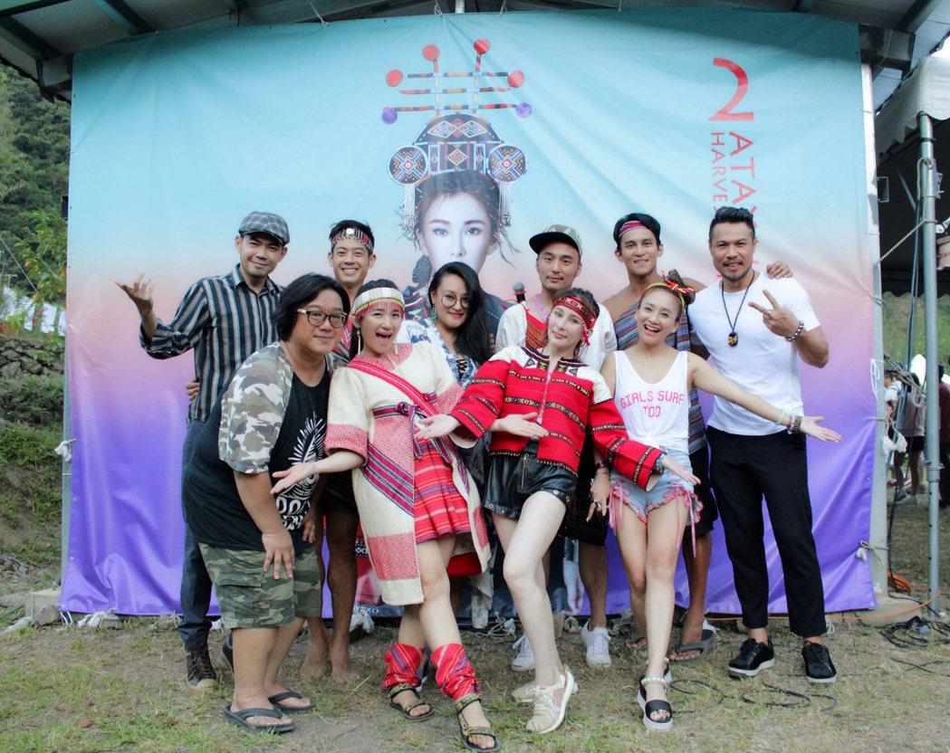 溫嵐(前排右二)邀眾藝人參加泰雅豐收祭,自己也出錢又出力。圖/嵐圖提供